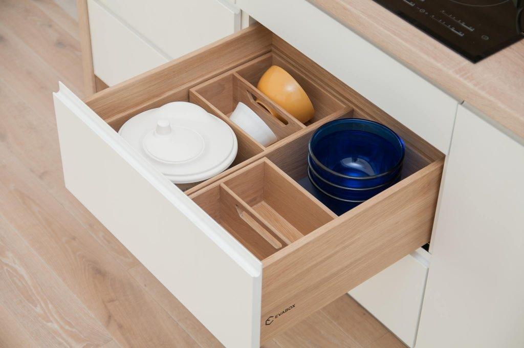 Stalčius su įdėklu indams virtuvėje