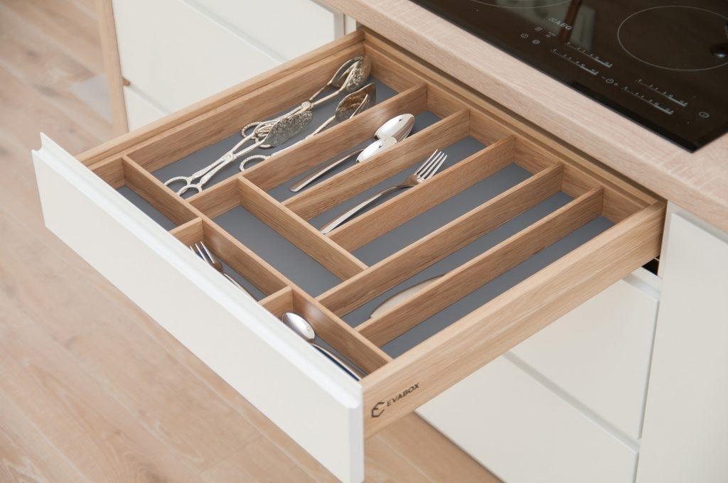 Stalčius su įdėklu įrankiams virtuvėje