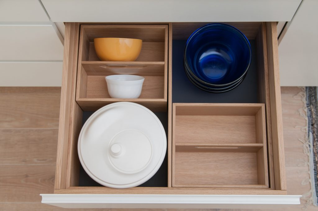 Drawer with insert for dishes in the kitchen