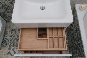 Medinis stalčius vonioje po kriaukle su įdėklu