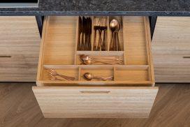 Medinis stalčius su stalo įrankiais